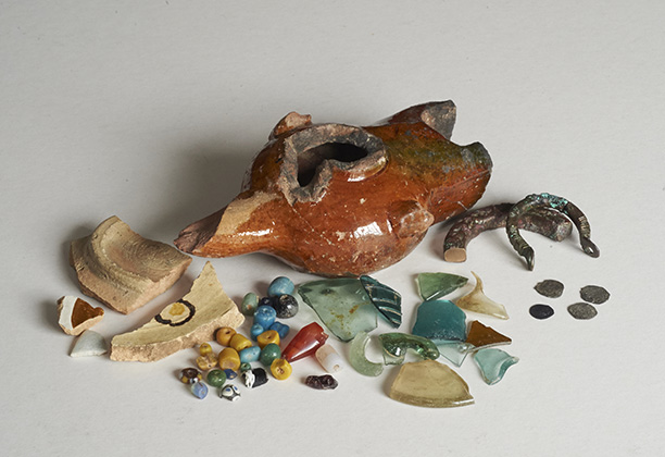 A selection of excavated finds from Essouk-Tadmekka, including fragments of glazed ceramics (among which is an oil lamp)