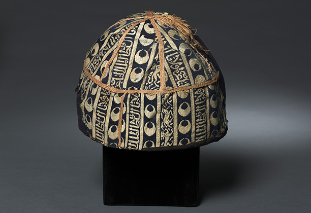 Cap with striped inscribed silk